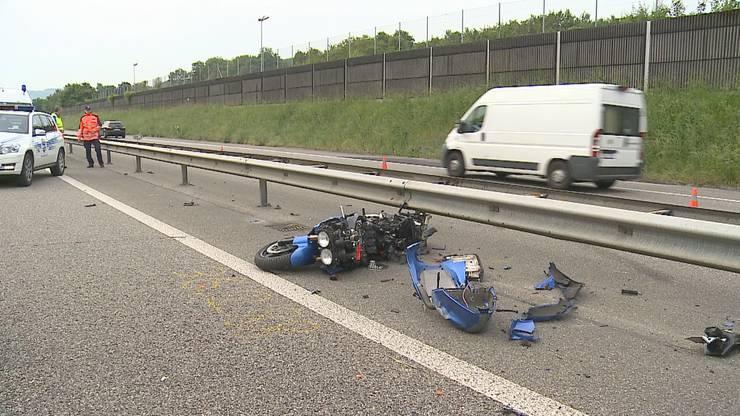 Aus noch nicht geklärten Gründen kam der Motorradfahrer zu Fall, schlitterte über die Fahrbahn und kollidierte mit der Mittelleitplanke.
