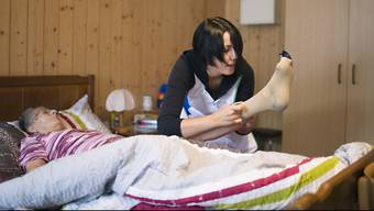 Mit einer Initiative will der Berufsverband der Pflegefachleute (SBK) den drohenden Pflegenotstand verhindern. (Symbolbild)