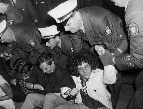 Es kam am 6. September 1967 zu schweren Auseinandersetzungen zwischen der Polizei und Angehörigen des Sozialistischen Deutschen Studentenbundes (SDS) vor dem Amerikahaus in Frankfurt während einer Podiumsdiskussion zum Vietnamkrieg.