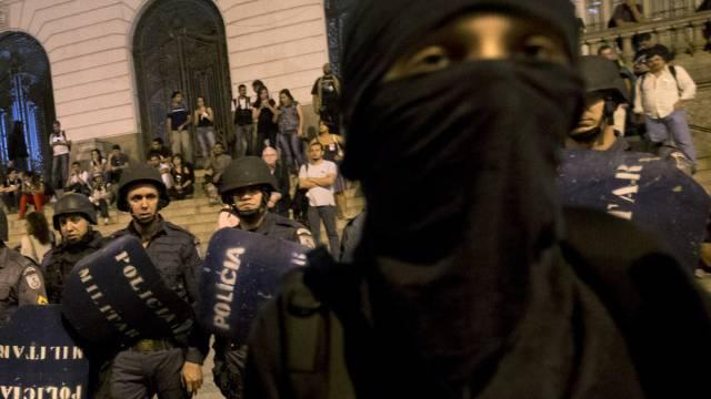 Demonstranten fordern den Rücktritt von Gouverneur Sérgio Cabral