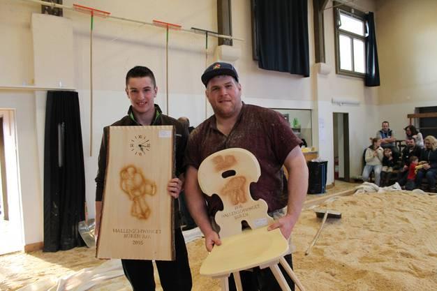 Christian Stucki (r.) und Christian Kneubühl posieren mit ihren Siegertrophäen