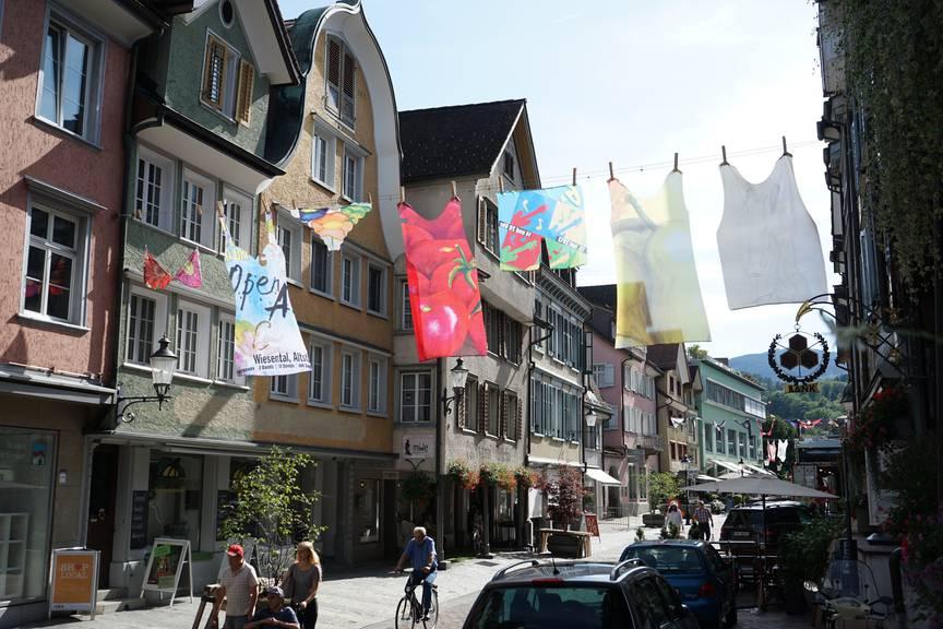 In Übergrösse hängt die bunte Unterwäsche auf der Marktgasse. (Bild: FM1Today/Noémie Bont)