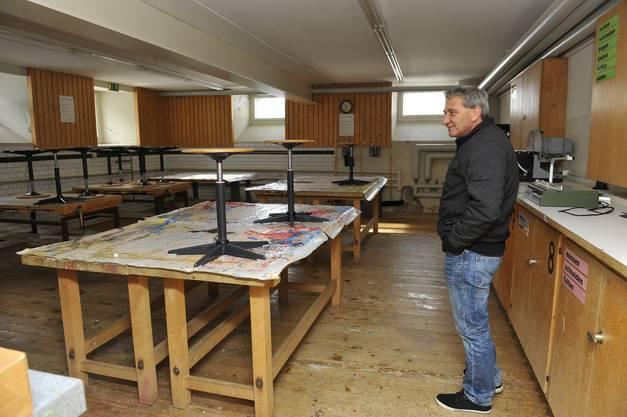 Juerg Vifian im Werkraum im Schulhaus II, der zu einem Mehrzweckraum umgebaut werden soll