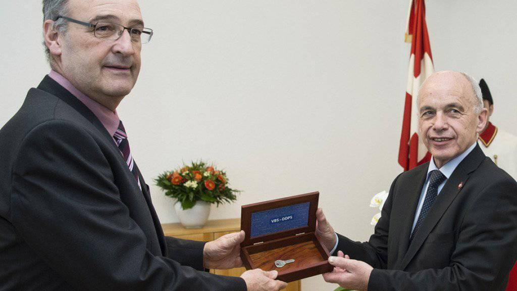 Der neue Verteidigungsminister Guy Parmelin (l.) erhält von seinem Vorgänger Ueli Maurer den Schlüssel zu Amt und Würden.