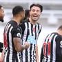 Fabian Schär, hier noch gut gelaunt im Kreis der Mannschaft von Newcastle im November