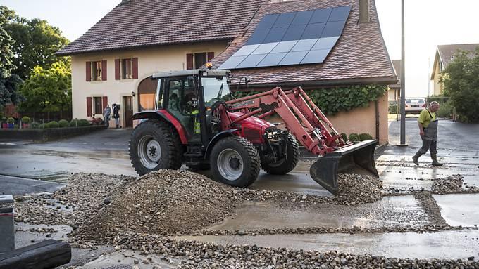 Aufräumen nach dem Gewittersturm vom Samstag in Corcelles-sur-Chavornay VD.