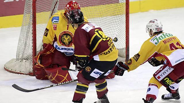 Langnau-Goalie Conz kassiert das 0:2 durch Toms (nicht im Bild)