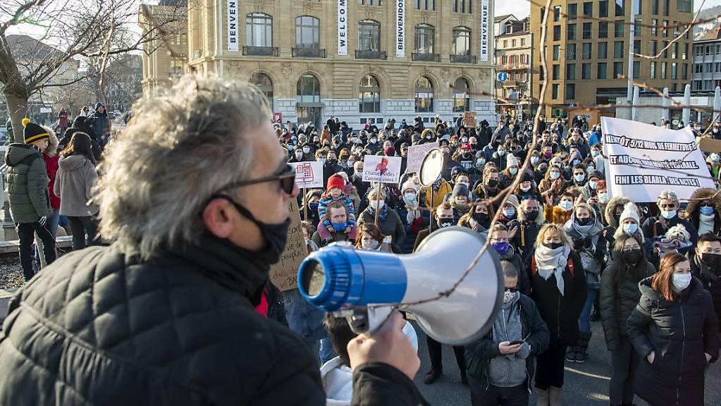 Gastrobetreiber protestierten am Samstag in Neuenburg gegen eine mögliche Verlängerung der Corona-bedingten Schliessung ihrer Betriebe bis Ende Februar.
