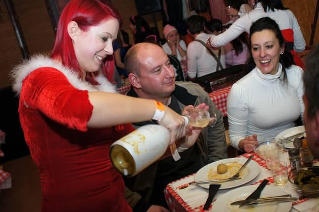 Ein Glas Weisswein gehört zum Raclette dazu