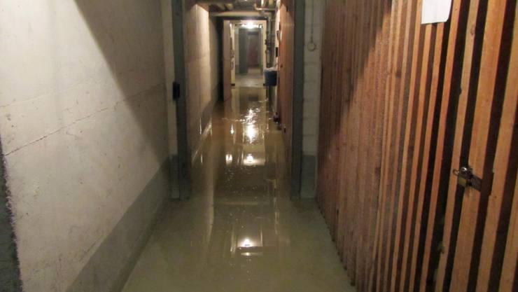 Nach einem Brand in einem Abfalleimer hat sich der Keller eines St. Galler Wohnblocks mit Wasser gefüllt.