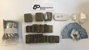 Die Polizei stellte 4,6 Kilogramm Haschisch, 250 Gramm Kokain, 100 Ecstasa-Pillen sowie drei Waffen und Bargeld von über 10'000 Franken sicher.