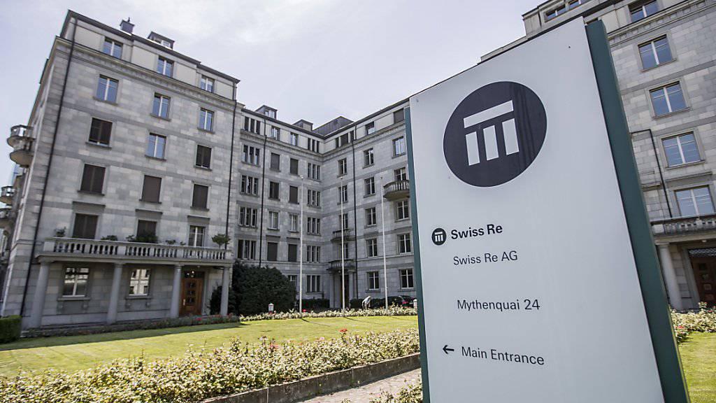 Die Swiss Re hat im ersten Halbjahr 2017 einen Gewinnknick erlitten. (Archiv)