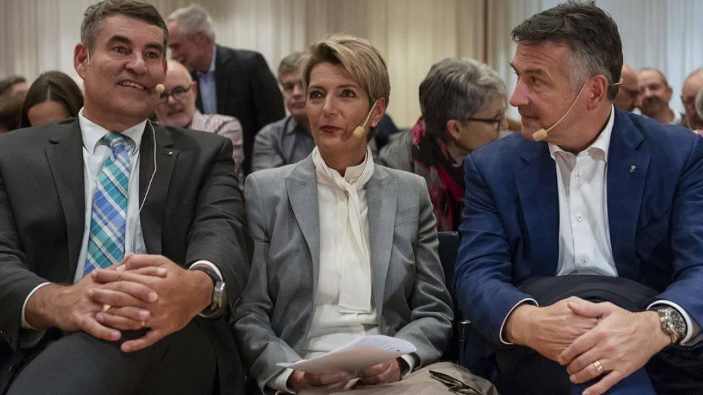 Der Schaffhauser Regierungsrat Christian Amsler (l.), Ständerätin Karin Keller-Sutter und Ständerat Hans Wicki (r.) präsentieren sich als Bundesratskandidaten im Rahmen einer FDP-Roadshow am Dienstagabend in Muttenz.