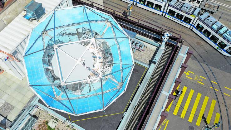 Auf dem Dach des Maschinenlaboratoriums der ETH Zürich wird aus Sonnenlicht und Luft flüssiger Treibstoff hergestellt.