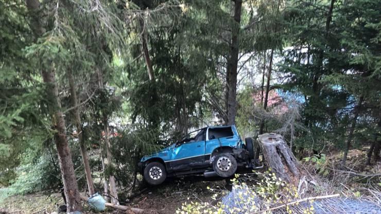 Aus diesem Autowrack konnte der Fahrer nur noch tot geborgen werden. Der Beifahrer wurde leicht verletzt.