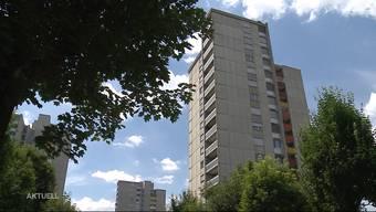 In Brugg stürzte in der Nacht auf Dienstag ein 20-jähriger Mann aus dem 6. Stock und starb. Nachbarinnen berichten von einem lauten Streit vor dem Sturz. Wurde das Opfer vorsätzlich vom Balkon gestossen?