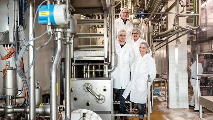 Vater Andreas, Sohn Gregor, Ehefrau Margrit und Tochter Olivia Lanz in der modernen Produktionshalle in Obergerlafingen.