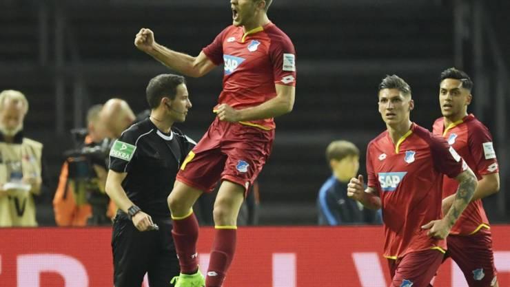 Steven Zuber (Zweiter von rechts) auf dem Weg zu Hoffenheims Doppeltorschützen Andrej Kramaric