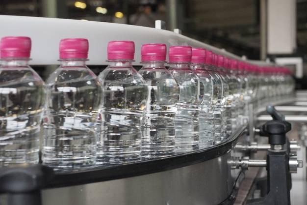 Die Flaschen sind mit Cristallo-Mineralwasser gefüllt. Noch fehlt die Etikette.