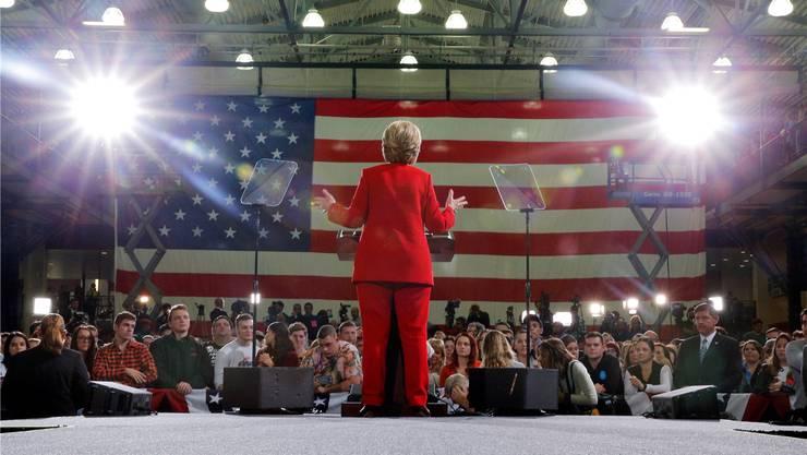 Wer so auf der Bühne steht, kann keine Ikone werden. Aber genügt es nicht, wenn Hillary Clinton es als erste Frau ins höchste Amt schafft? Wahlkampfauftritt in einer Universität in Ohio am Montag. Reuters