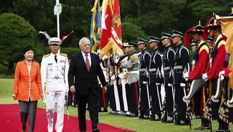 Die südkoreanische Präsidentin Park Geun-hye (l) hat Bundespräsident Johann Schneider-Ammann in Seoul mit militärischen Ehren empfangen.