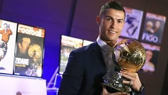 Cristiano Ronaldo posiert mit seiner jüngsten Trophäe, dem Ballon d'Or 2016