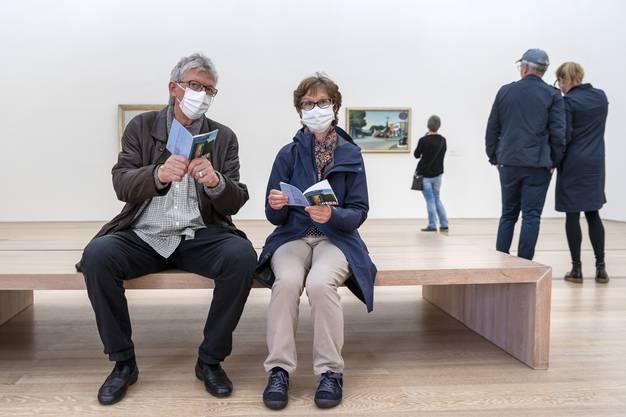Besucher mit Gesichtsmasken betrachten ein Kunstwerk am Tag der Wiedereroeffnung, nach der durch das Coronavirus bedingten Pause, in der Ausstellung Edward Hopper der Fondation Beyeler in Riehen.