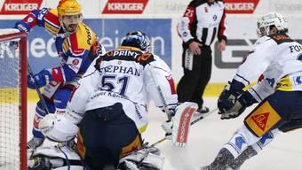 Vierter Shutout: Zugs Goalie Tobias Stephan lässt sich von Denis Hollenstein und den Klotenern nicht bezwingen