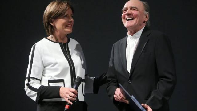 Malu Dreyer übergibt Bruno Ganz die Carl-Zuckermayer-Medaille