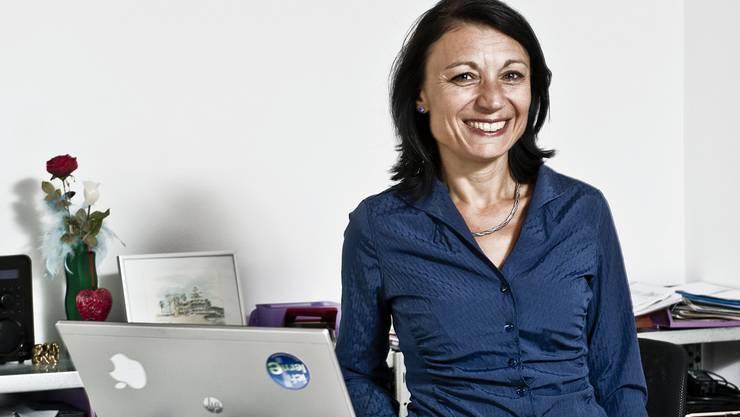 Yvonne Feri an ihrem Arbeitstisch.