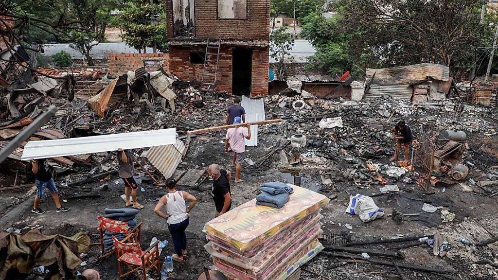 Ein Grossbrand hat am Weihnachtstag in Asuncion, der Hauptstadt Paraguays, Dutzende Häuser vernichtet. Zahlreiche Häuser brannten bis auf die Grundmauern nieder.
