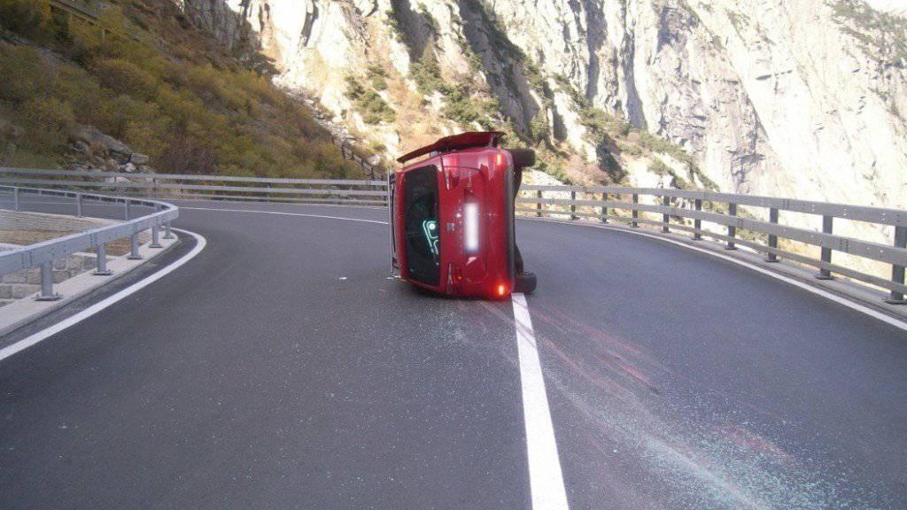 Angehoben und auf der Seite liegen geblieben: Der Lenker dieses Unfallautos wurde verletzt.
