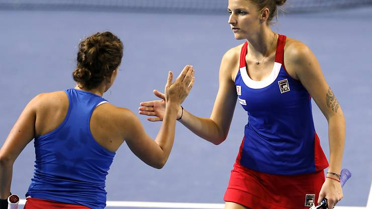 Karolina Pliskova (rechts) klatscht mit ihrer Teamkollegin Barbora Strycova ab. Das Duo sichert Tschechien mit dem Sieg im entscheidenden Doppel den dritten Triumph im Fedcup in Folge