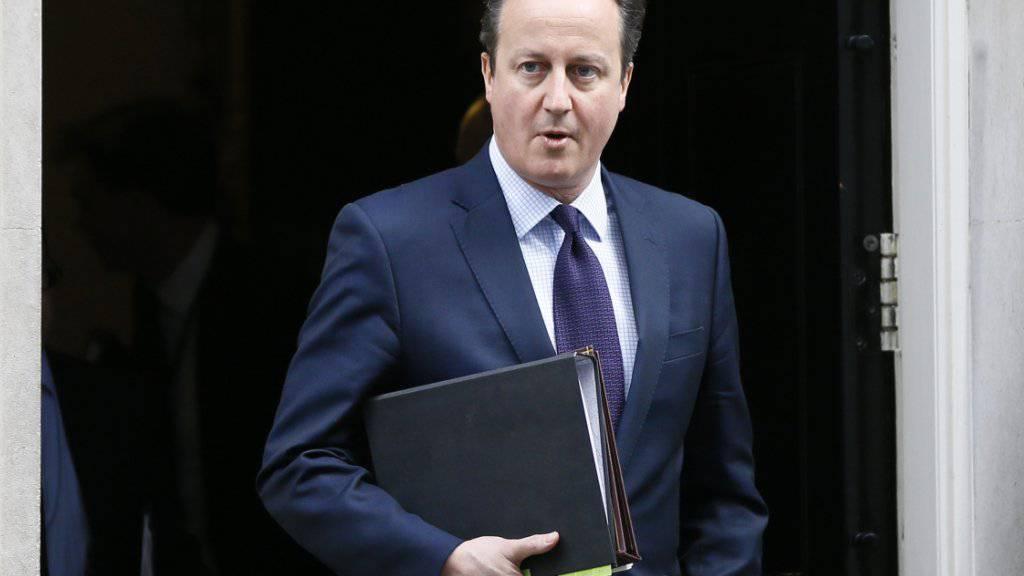Der britische Premier David Cameron verlässt seinen Amtssitz, um bei den Abgeordneten des Paralaments für Luftangriffe gegen den IS in Syrien zu werben. Bislang beteiligt sich die britische Luftwaffe nur an Angriffen in Irak.