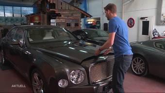 Röbi Schöpfer passt für Kunden auf ihre Fahrzeuge auf. In seiner Garage in Muri befinden sich regelmässig mehrere Traum-Autos. Auch das Ausfahren zählt zu den diversen Aufgaben des Hüte-Dienstes.