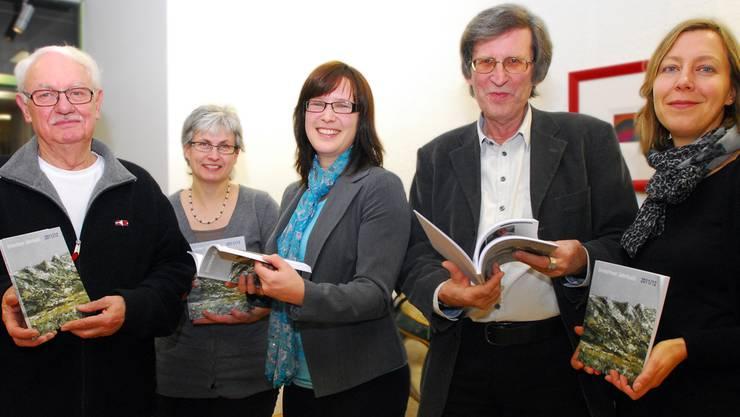 Sie haben alle an der Entstehung des 41. Grenchner Jahrbuchs mitgewirkt: (v.r.) Salome Moser Schmidt, Thomas Schärli, Angela Kummer, Jacqueline Demuth und Toni Bieli. Es fehlt: Barbara Pestalozzi Kohler.
