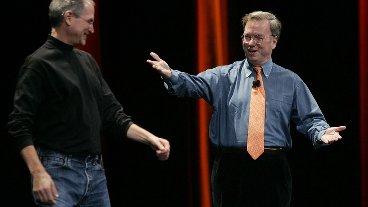 2007 traten Steve Jobs und der damalige Google-Chef gemeinsam auf, dann folgte ein erbitterter Kampf um die mobile Vorherrschaft. Nun ist in Pandemie-Zeiten Kooperation angesagt.