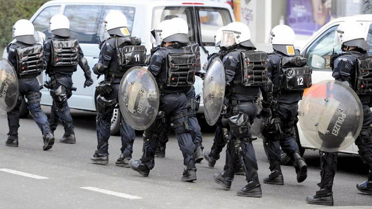 Polizisten bei einer Kontrolle des besetzten Binz-Areals am 5. März.