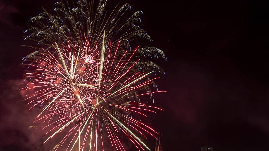 Schön, aber eine Umweltbelastung und brandgefährlich: 1. August-Feuerwerk in Basel 2019. (Archivbild)