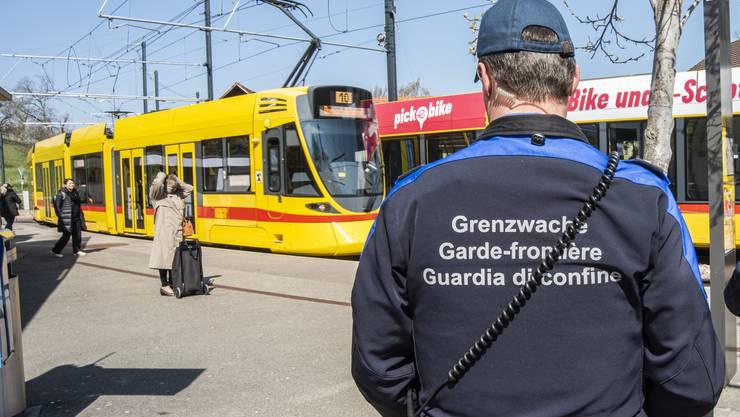 Personalintensive Kontrollen: Schweizer Grenzwächter patrouillieren am Bahnhöfli in Flüh.