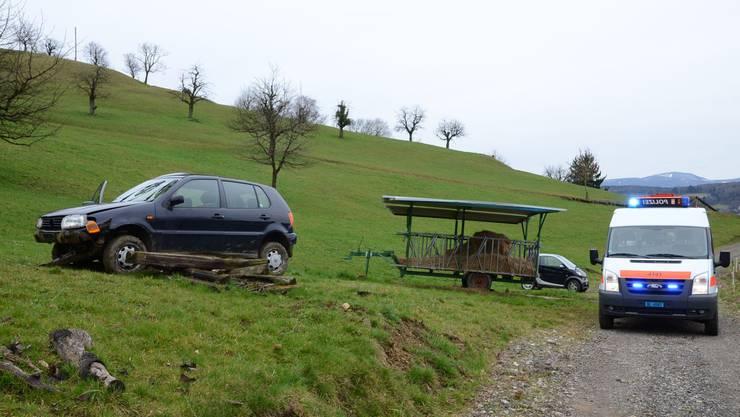 Stark beschädigt kam das Auto schliesslich oberhalb eines Feldweges zum Stillstand.
