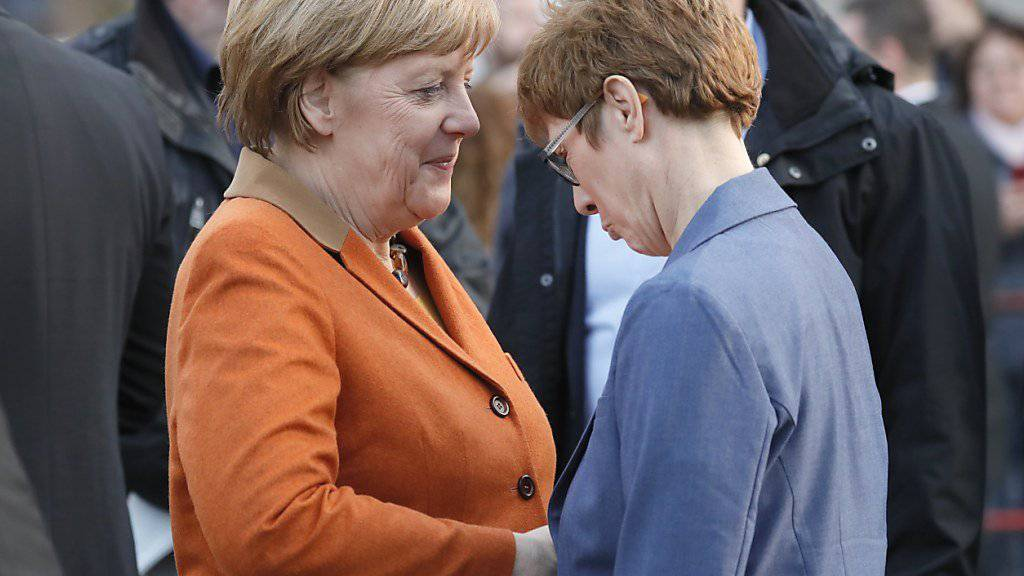 Bundeskanzlerin Angela Merkel (links) macht ihrer Parteikollegin von der CDU, Annegret Kramp-Karrenbauer, Mut vor den Landtagswahlen.