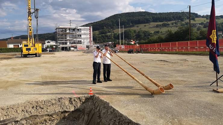 Zwei Alphornspieler umrahmten die Grundsteinlegung auf dem Baufeld, auf dem der 8,7 Millionen Franken teure Neubau entsteht.