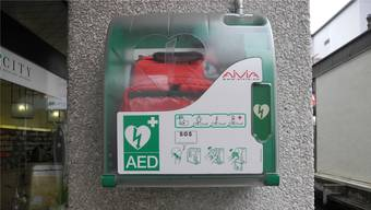 Der Stadtrat schlägt vor, die in den Geschäften und Unternehmen vorhandenen Defibrillatoren gut und sichtbar zu beschildern. Liz/Archiv