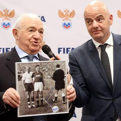 Simonyan, WM-Teilnehmer 1958, im Gespräch mit FIFA-Präsident Infantino.