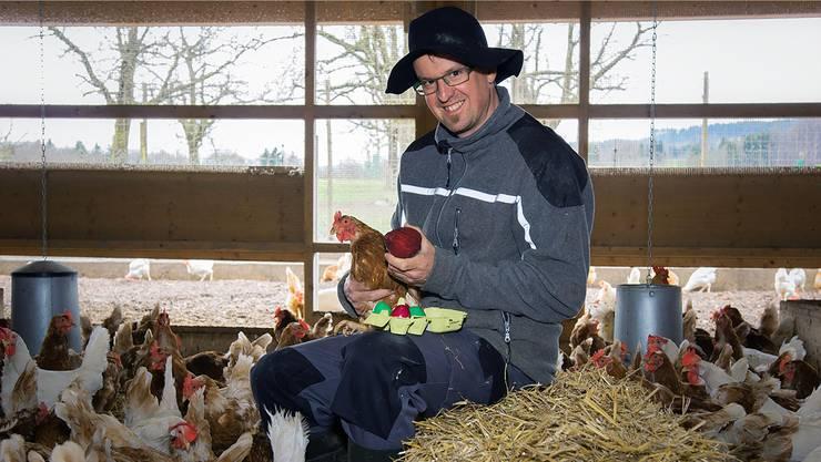 Zum 1. April 2015 zeigte sich Bauer Beat Küng für die AZ mit seinen Hühnern, einer Rande in der Hand und einem Karton voller grüner und roter Eier, die die Hennen vermeintlich gelegt hatten.