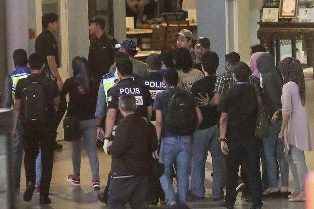 Die malaysische Polizei mit  einer Verdächtigen am 17. Februar am Kuala Lumpur International Airport.
