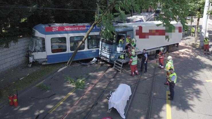 Der Aufprall brachte das Tram zum Entgleisen.