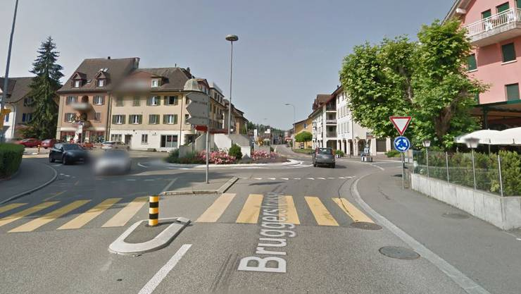 Im Bild die Bruggerstrasse in Wildegg mit dem bekannten Kreisel – wo die Regionalpolizei die Radarkontrolle durchführte, gibt sie nicht bekannt.