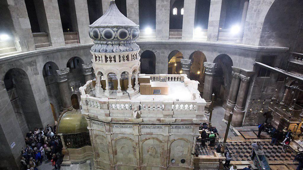 Das Grab von Jesus Christus in der Rotunde der Grabeskirche in Jerusalem: Die drei die Grabeskirche verwaltenden Kirchen haben sich auf eine umfassende Renovierung des Sakralbaus geeinigt. (Archivbild)